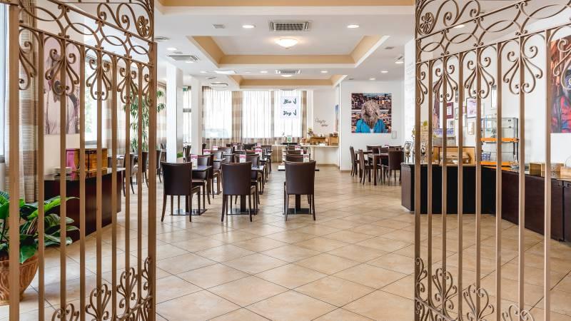 Hotel-Sovrana-Rimini-breakfast-room-9